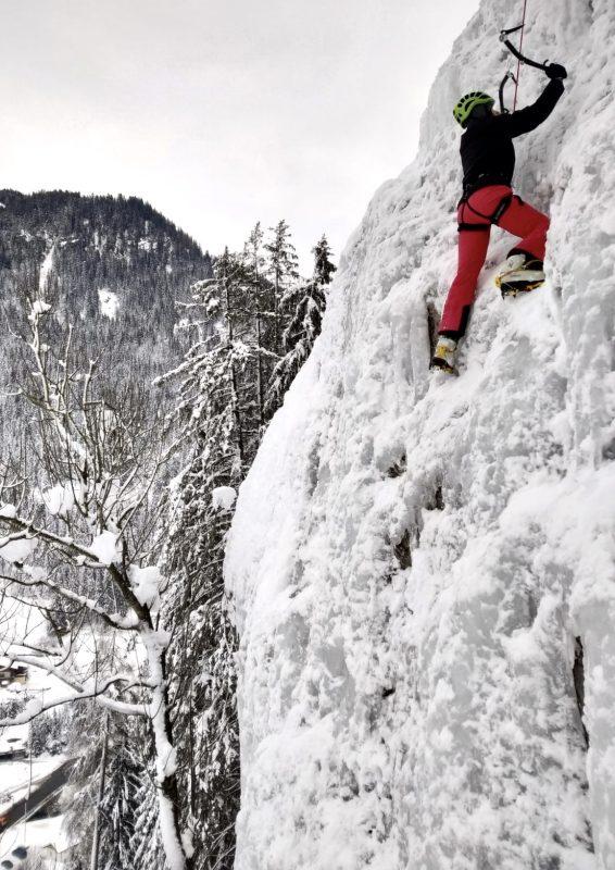 Eisklettern am gefrorenen Wasserfall in Großarl