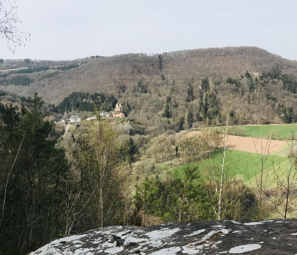 Aussicht vom Geyerlay ins Kylltal und auf die Burg Ramstein