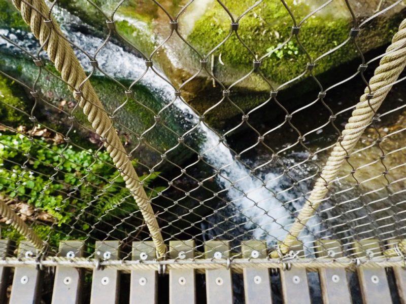 Aussicht von der Hängebrücke auf den Wasserfall im Butzerbachtal