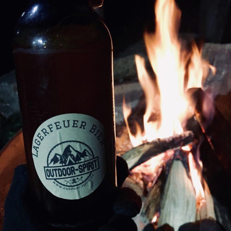 Selbstgebrautes Bier am Lagerfeuer