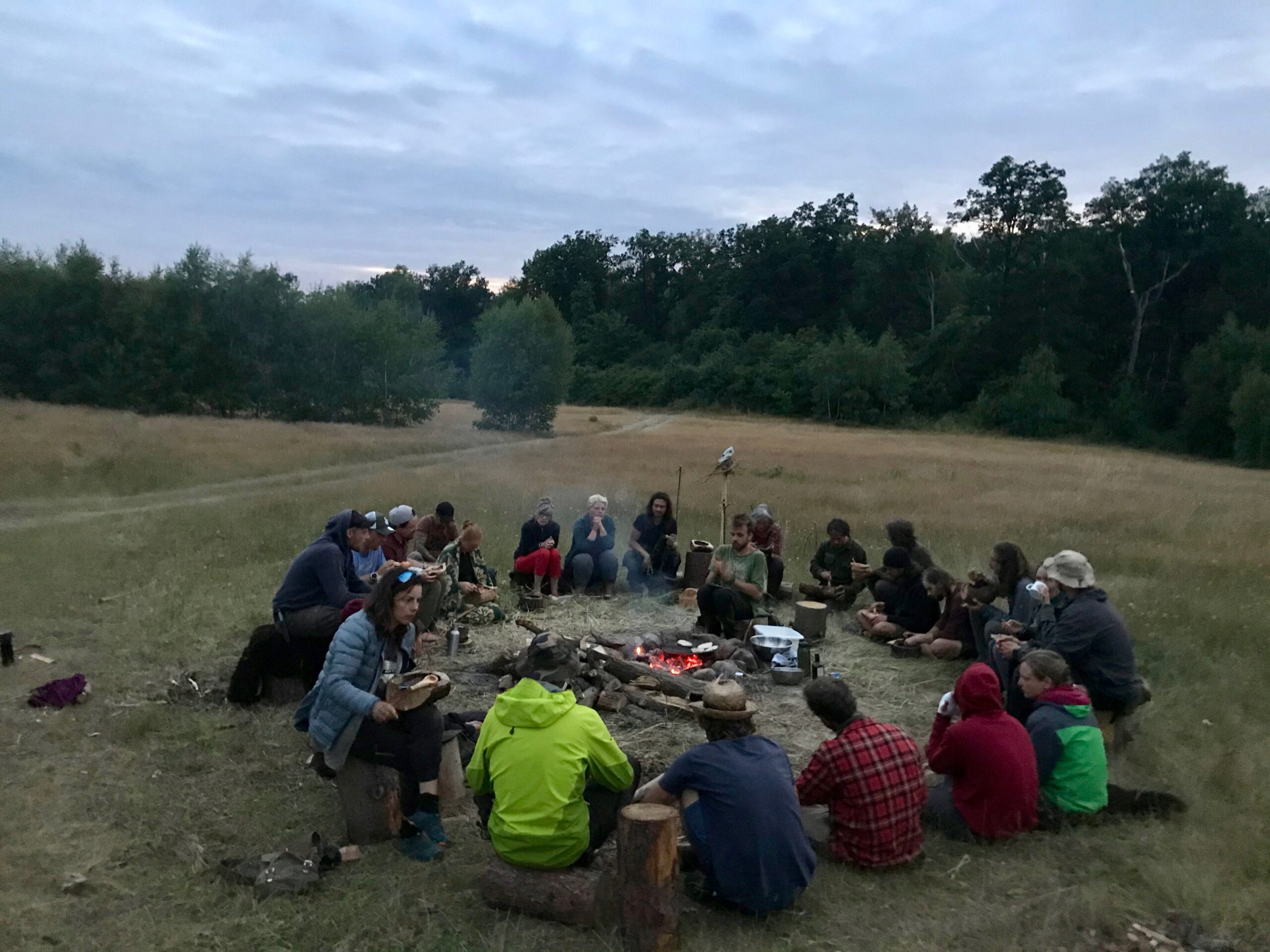 Wildnispädagogik-Ausbildung: Kochen, Essen und Sitzkreis am Feuer