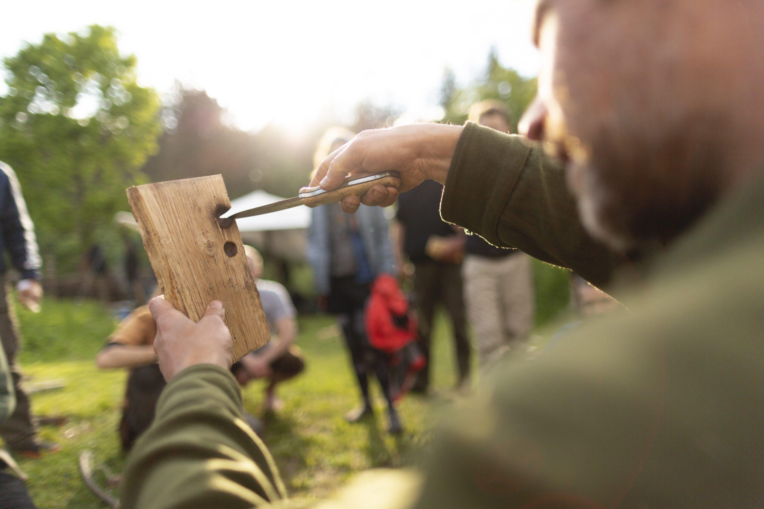 Wildnispädagogik-Ausbildung: Feuerbohrer-Set bauen