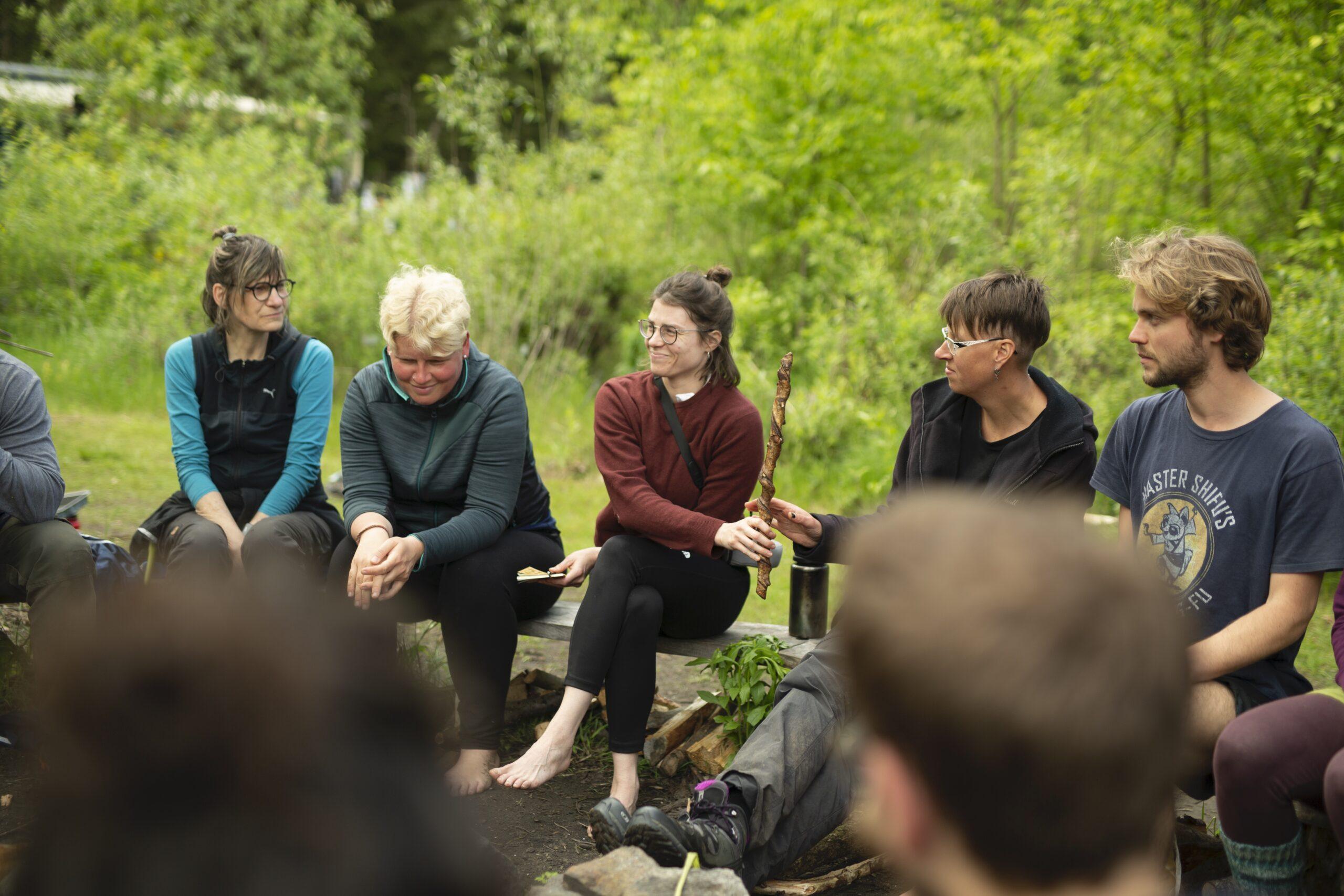 Wildnispädagogik-Ausbildung: Redestab und Sitzkreis