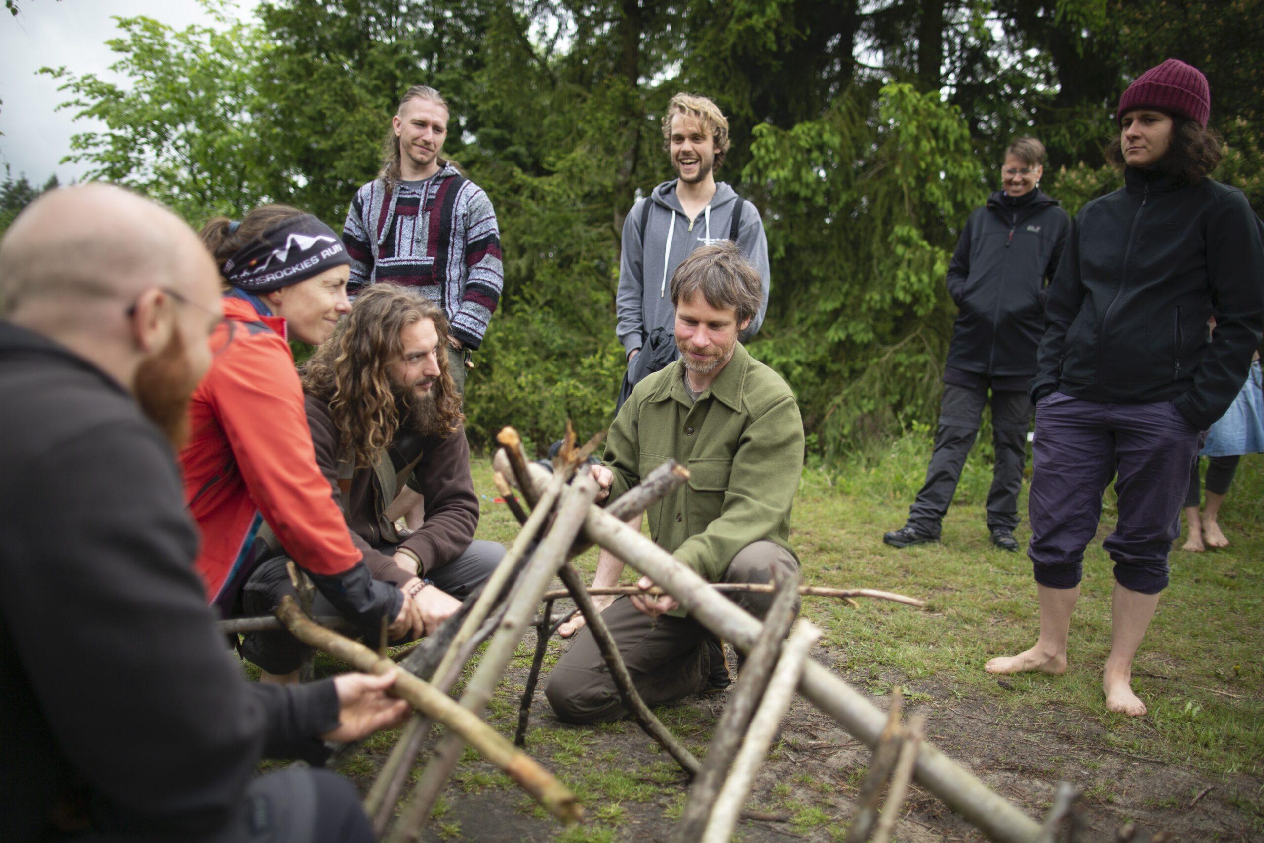 Wildnispädagogik-Ausbildung: Wie baue ich eine Laubhütte?